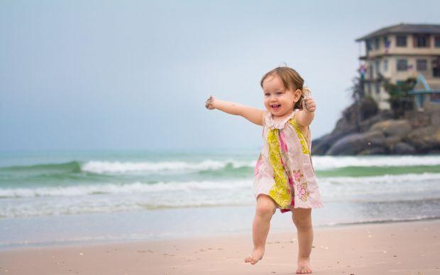 З якого віку можна їхати з дитиною на море? Поштівка