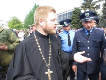 Священик, який одягнув георгіївську стрічку, під забороною Поштівка image 2