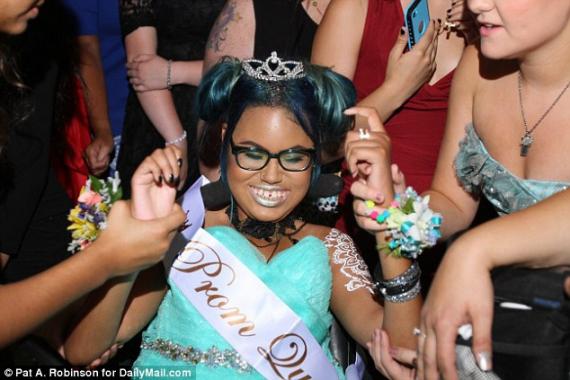 У США смертельно хвору дівчинку обрали королевою шкільного балу Поштівка