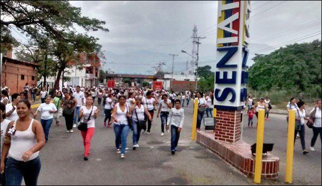 500 жінок з Венесуели прорвалися в Колумбію за продуктами Поштівка