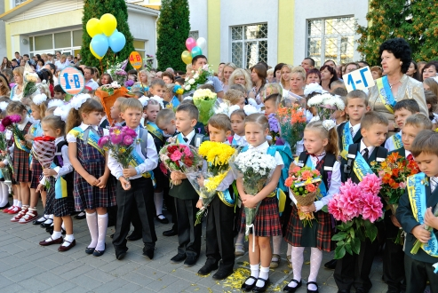 Київським школам дозволили не проводити лінійки 1 вересня Поштівка