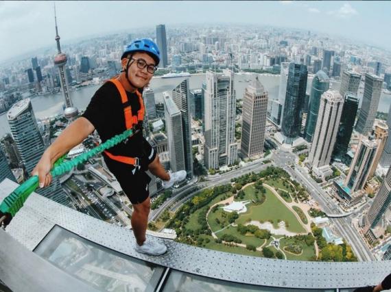 У Китаї відкрили скляний тротуар на 88 поверсі Поштівка