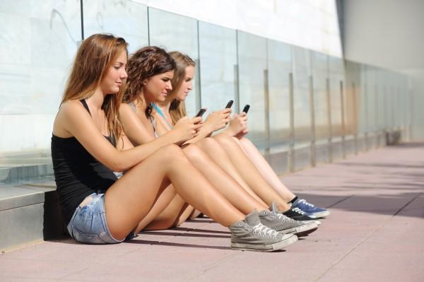 Вчені розповіли про нові наслідки використання мобільних телефонів Поштівка