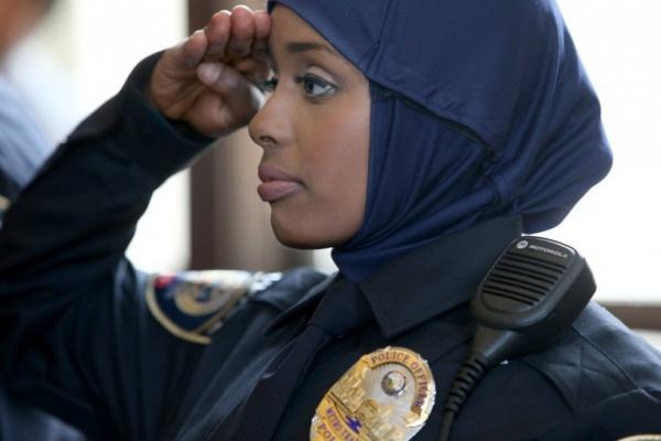 У канадській поліції жінкам дозволили носити хіджаб Поштівка