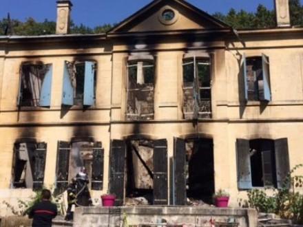 У Франції жінка спалила власний старовинний замок Поштівка