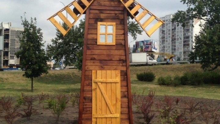 У Києві з'явився 5-метровий млин Поштівка