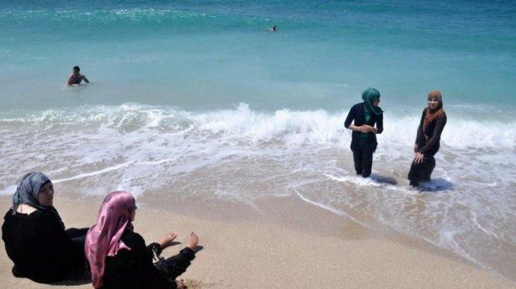 У Каннах заборонили носити на пляжах буркіні Поштівка