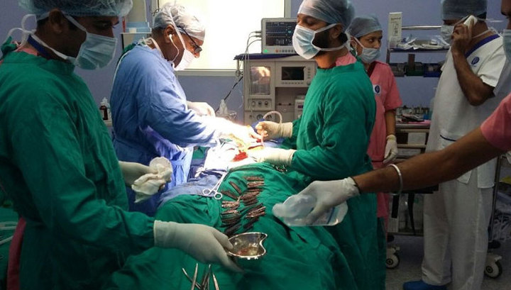 В Індії лікарі витягли 40 ножів зі шлунку пацієнта Поштівка