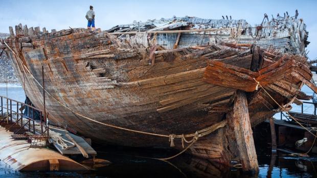 Вчені дістали судно Амундсена з арктичних вод Поштівка