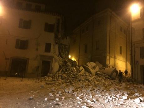 В центральній Італії сталися три землетруси, які призвели до значних руйнувань Поштівка