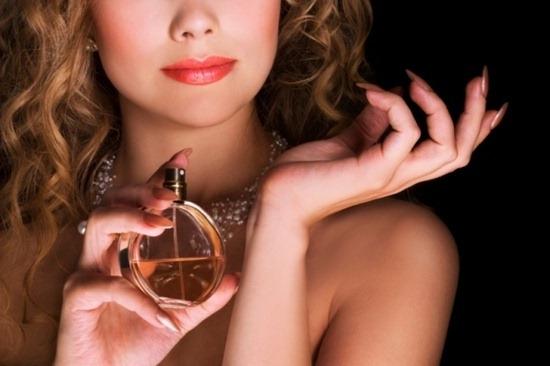 Експерти розповіли, як правильно наносити парфуми Поштівка