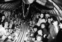Англійські діти в переддень Різдва в одному з тунелів лондонського метро, що використовувався як бомбосховище. 25 грудня 1940 року.