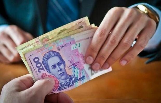 Хабарник з Хмельниччини намагався з'їсти гроші під час затримання Поштівка