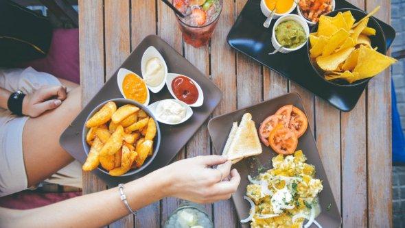Стало відомо, яка їжа робить людей щасливішими Поштівка