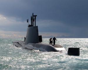 Французькі рибалки спіймали португальську субмарину Поштівка