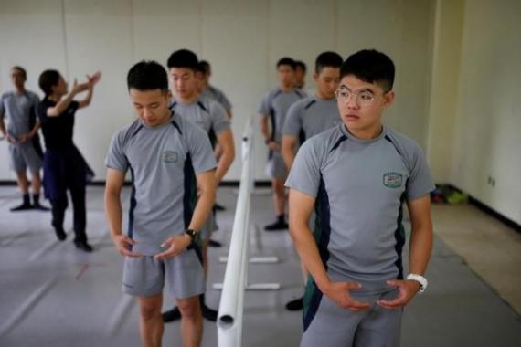 Південнокорейська армія розслабляється за допомогою балету Поштівка