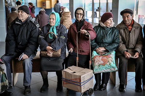 З окупованих територій виїхали близько 1 млн пенсіонерів Поштівка