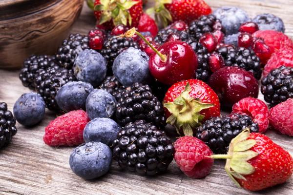 Чим корисні літні ягоди? Поштівка