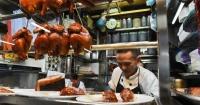 Перша в Сингапурі зірка Мішлен присуджена кухарю вуличної їжі Поштівка image 1