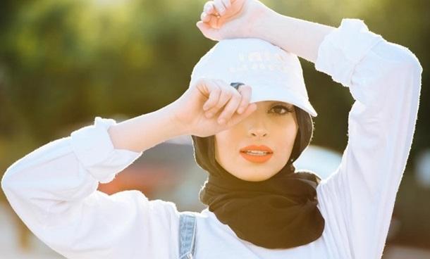 Мусульманка в хіджабі вперше з'явиться на обкладинці Playboy Поштівка