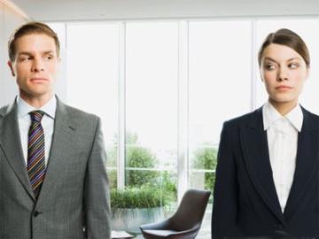 Жінки упродовж життя працюють на 4 роки більше, ніж чоловіки Поштівка