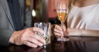 Жінки наздоганяють чоловіків за алкоголізмом Поштівка