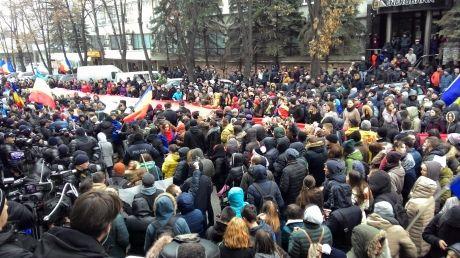 У Кишиневі почалися масові протести проти обрання Додона: вимагають третього туру виборів Поштівка