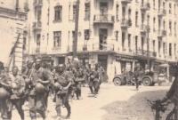 Вінниця. Колона німецьких вояків на фоні готелю Савой